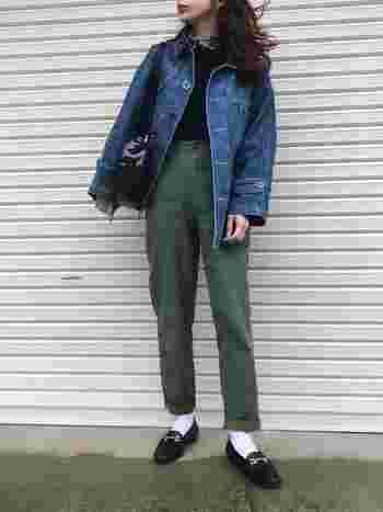 Gジャンにワークパンツ、ビットローファーを合わせたコーディネート。全体的にカジュアルなスタイルでも、足元をシャープな形のローファーにすることで、きちんと感のあるスタイルに。スカーフを合わせることで、さり気なく女性らしさも感じられます。