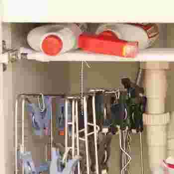 ちょっと使いにくい洗面台下も、うまく空間利用したいですね。突っ張り棒があれば、上の余った空間も無駄なく使えます。