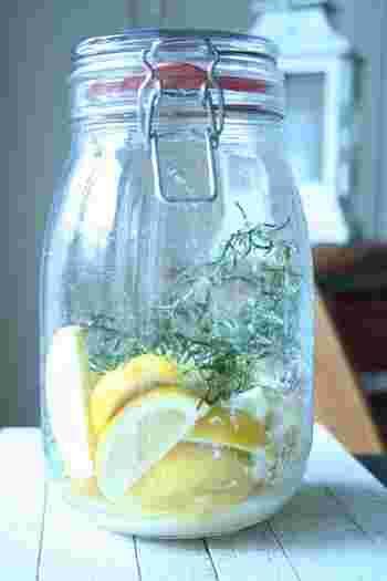 材料は塩とレモン、フレッシュローズマリーだけ。レモンは洗ったあとしっかり水気を拭き取り、塩を重ねていきます。瓶に詰めたら、直射日光が当たらない場所に置いて待ちましょう。朝晩2回、瓶を振って塩を溶かし、ローズマリーの香りをなじませるのがポイント。 唐揚げやマグロのソテー、野菜のオーブン焼きやサラダなど、ローズマリー風味の塩レモンで美味しさがグッとアップします!