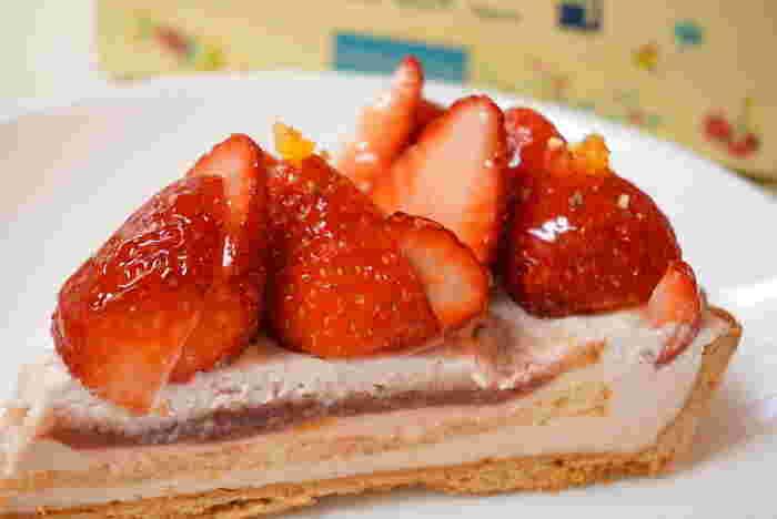 甘酸っぱいイチゴとカスタードクリームの組み合わせがたまらない「イチゴのタルト」。その時期に収穫された新鮮なイチゴがふんだんに使われています。キラキラ輝くイチゴは、しばらく眺めていたくなるくらい美しい見た目です。