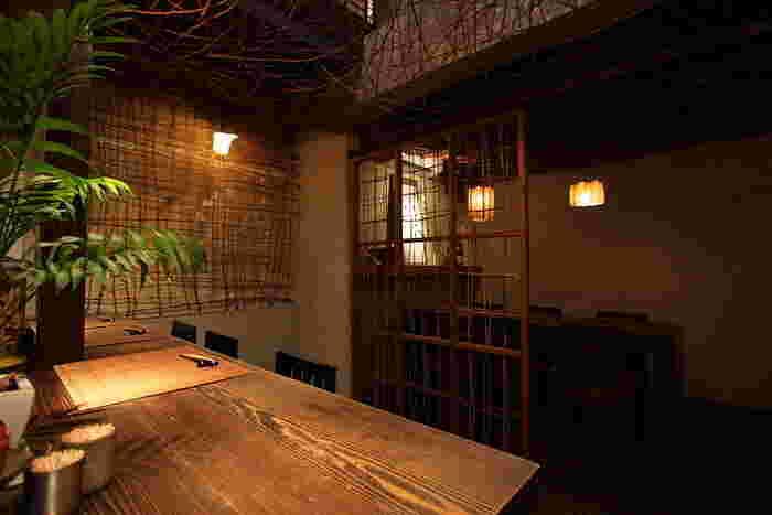 オープンキッチンをぐるりと囲むようなカウンター。居酒屋ほど砕けすぎず、料亭ほど敷居が高くなく、くつろげる雰囲気です。