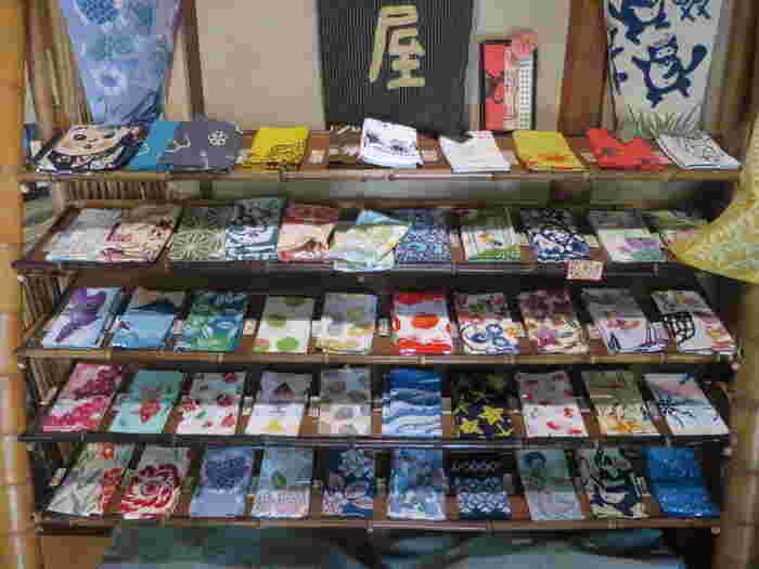 店内には、⼿ぬぐいコーナーがあるので、あわせてチェックしてみてくださいね。季節や⾃然を写し取った絵柄の⼿ぬぐいは、鎌倉⼟産にもよさそうです。