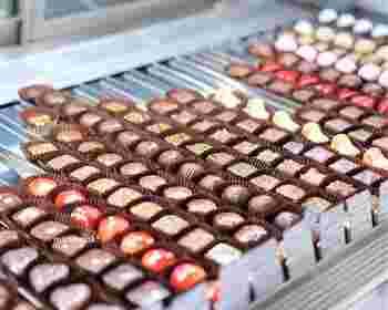 カカオ豆からチョコレートにするまで工房で一貫して行う「Bean to Bar」の工程を経てつくられたボンボンショコラ。一粒一粒が輝いて、まるで宝石のよう。