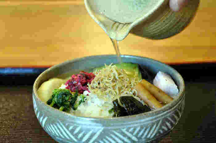 二杯目は、京都らしくほうじお茶をかけて頂きましょう。お茶はほうじ茶と煎茶が選べます。