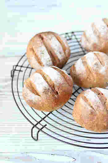全粒粉の生地にくるみとレーズンを加えた天然酵母パン。くるみの食感とレーズンの甘み、全粒粉を使ったパン生地ならではの独特の風味が味わえます。