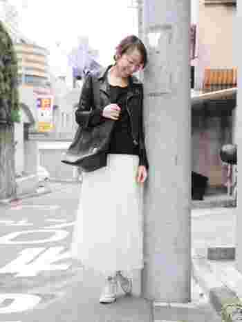 ホワイトのロングチュールスカートに、白のコンバースが爽やかな、シンプルで春らしい大人カジュアルコーディネート。