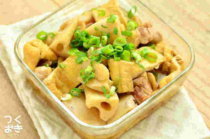 鶏肉のうまみが油揚げやれんこんにじゅわっとしみ込んだおいしい煮物。冷めてもおいしく、作り置きしておけば時間のないときの夕食や、忙しい朝のお弁当作りに重宝します。調味料2つだけの簡単おかずです。(冷蔵5日程度)