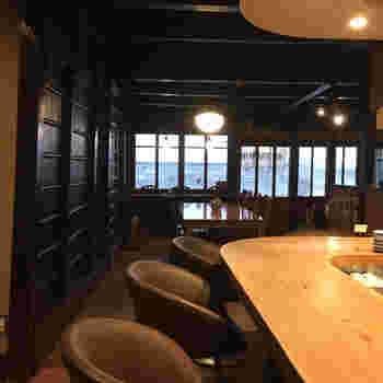 店内は、テーブル席とカウンター席に分かれており、カウンターでは喫茶店のようにマスターからコーヒーを頂きます。広めの作りとなっている店内の奥には、コーヒーを焙煎する自家製の焙煎機が設置されています。