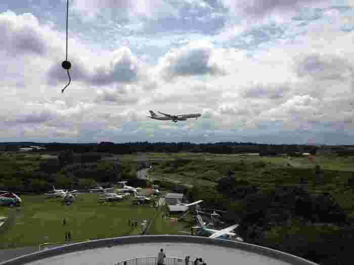 5階の展望展示室からは、成田空港を発着する飛行機を間近に見ることができます。大空を雄大に飛行する姿は、いくつになっても憧れますよね。