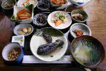 人気のメニューは田舎膳。お釜で炊いたコシヒカリがお櫃で運ばれてきます。お野菜たっぷりのしみじみ美味しいお膳です。