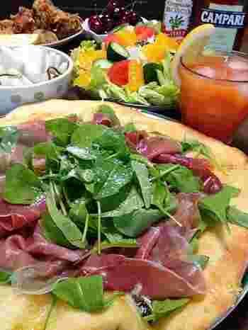 生ハムとルッコラは相性抜群。生ハムとフレッシュなルッコラをたっぷり乗せ、オリーブオイルをぐるっと回しかければ何枚でも食べられそうです。イタリアンでも定番のメニューですね。