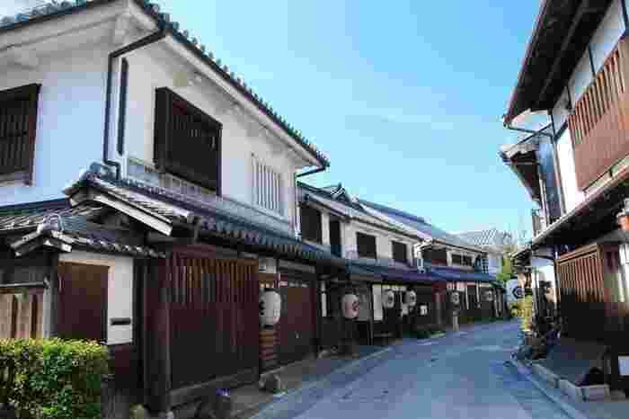 格子戸が印象的な町家が並ぶ「本町通り」は、かつて倉敷と早島を結んだ街道です。現在は、町家を改装した個性あるショップやカフェが並び、各店を周りながら、往時の雰囲気を楽しむことができます。