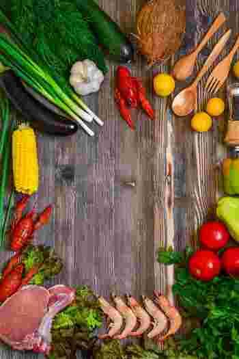 色の濃い緑黄色野菜の方が淡色野菜よりもβ-カロテンを豊富に含んでいたり、赤身魚の方が白身魚よりも鉄分含有率が高いなど、食材にはその色によって栄養素が推測できるものがあります。『食材5色バランス健康法』ではこうした『色』のみに注目し、野菜や肉などの区別にはこだわりません。『赤=身体をつくる』『黒=腸内環境を整える』など、その食材の色によって、主にもたらす栄養の働きを考えていきます。
