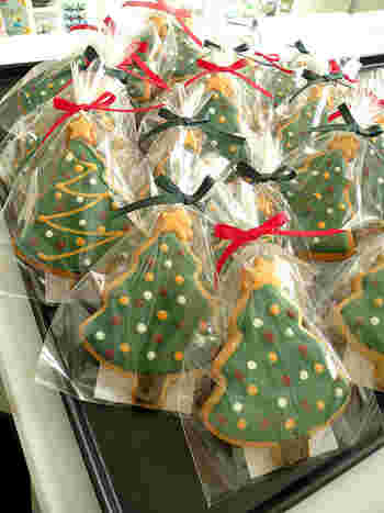 クリスマスツリーを象ったクッキーをクリアなラッピングペーパーでひとつひとつラッピング!パーティーに集まったみんなの手土産に!なんていうのも楽しいですね。