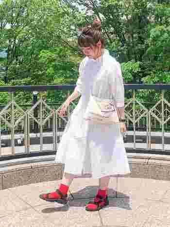ゆったりめのナチュラルな白のワンピースに、赤色の靴下をON。色数が少ないのでシンプルで大人っぽく着こなせます。ソックスの差し色は、ファッションがシンプルなほど、効果抜群です。