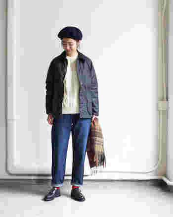 クラシカルな雰囲気漂うアラン編みは、シンプルにデニムを合わせるのがおすすめ。ナイロンジャケット、レースアップシューズ、ベレー帽など小物をメンズライクなテイストでまとめるのもこなれ感たっぷりで素敵です。赤の靴下やチェック柄のストールが程よくあたたかみを与えていて◎。