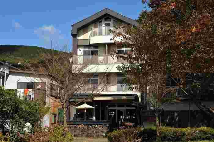 「BOX Kitchen(ボックスキッチン)」は芦ノ湖畔、箱根神社にあるカリフォルニアスタイルのレストラン。上階はおしゃれなリゾートホテルで、1階がカフェになっています。