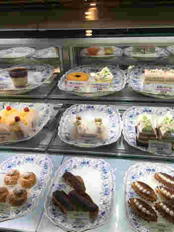 人気商品は定番の「ショートケーキ」のほか、ナッツベースのプラリネクリームをサンドした「プラリネシフォン」や、「モンブラン」「マンゴープリン」など。1日30種類以上の生ケーキが作られています。