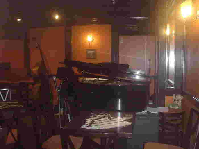 まずはじめにご紹介するのは、毎晩日替わりでスタンダード・ジャズの生演奏が楽しめる「ジャズバーエムズ」。銀座駅C2出口から徒歩1分の場所にあります。