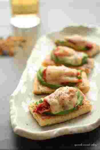 キムチとチーズの発酵食品の組み合わせは、相性抜群でヘルシー!森のバターのアボカドと一緒に油揚げにトッピングしてトースターへ。お揚げは、予めフライパンで焼くとサクッと感が増します。