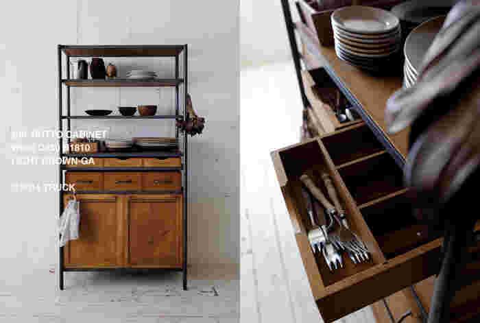 キッチンをナチュラルに演出する食器棚。引き出しには間仕切りが多く使い勝手もgood。