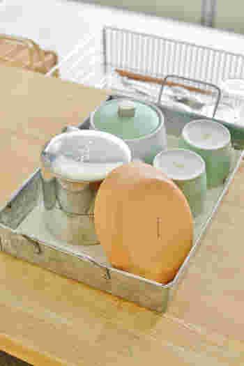 出しっぱなしでも絵になりそうな緑茶セット。布を敷いた上に食器を置くとガチャガチャしなくて◎