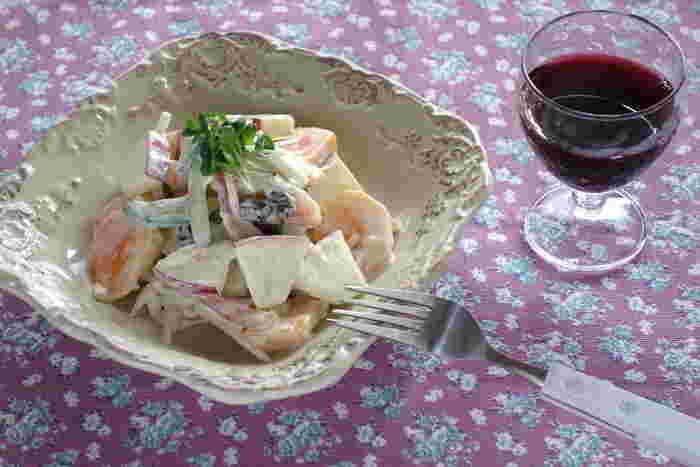 リンゴと柿を使ったみずみずしいフルーツサラダ。ワインにもよく合うおしゃれなサラダです。フルーツと野菜、生ハムなどを、あんずジャムやヨーグルト、生クリームなどで合わるだけなので、とても簡単です。