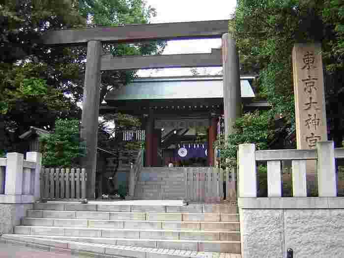 """""""東京のお伊勢さま""""と親しまれている東京大神宮は、伊勢神宮の外宮・内宮の御祭神や天地万物を創り出したとされる造化の三神(ぞうかのさんしん)を御祭神としています。縁結びのご利益があることでも有名で、女性に大人気のパワースポットです。"""