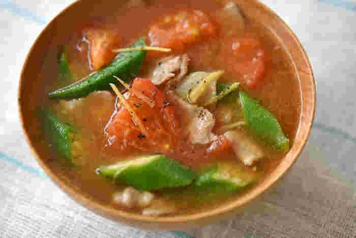 トマト、オクラ、豚バラ肉で作る豚汁は、カラフルさが食欲をそそる1杯。味噌ベースの汁ものにトマト?と思うかも知れませんが、意外なほどのおいしさなんです。  夏野菜ならナスやモロヘイヤなどで作ってもおいしいですよ。