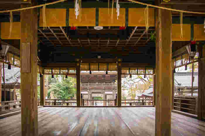 境内には、能舞台があります。貴族、皇族、上級武士など高貴な人々の娯楽であった能舞台がある日牟禮八幡宮は、高貴な人々にとっての信仰の拠り所でもありました。