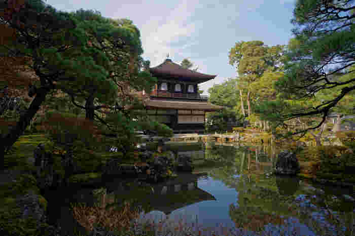 「銀閣寺」の名で親しまれている東山慈照寺(ひがしやまじしょうじ)は、1490年に室町幕府8代将軍足利義政によって建立された臨済宗の仏教寺院で、世界遺産に登録されています。