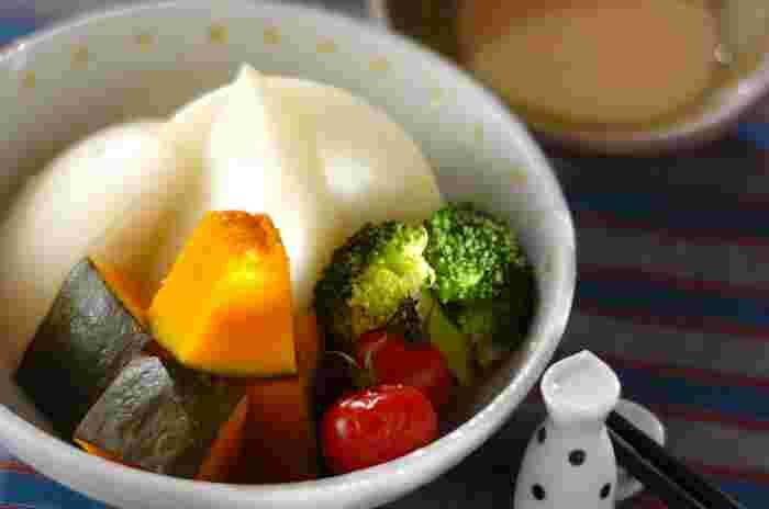 彩が綺麗な「蒸し野菜」は、カボチャ・ブロッコリー・プチトマト・カブなど、たくさんのお野菜が摂れるヘルシーメニュー。カットした野菜をせいろや耐熱容器に入れて蒸すだけなので、時間のない朝に嬉しい一品です。
