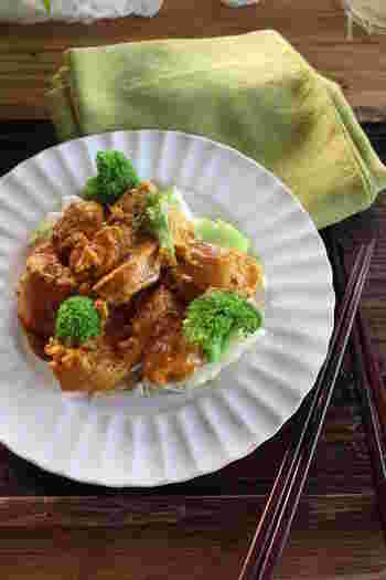 鶏むね肉はヨーグルトに漬け込むことでしっとり柔らかくなります。カレー粉入りの調味料と一緒に漬け込むことで、本格的な味わいに。
