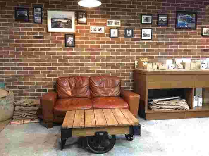 レトロなソファや味のあるテーブルなど、店内のどこを見てもおしゃれ。おさんぽ途中についつい長居したくなるようなカフェです。