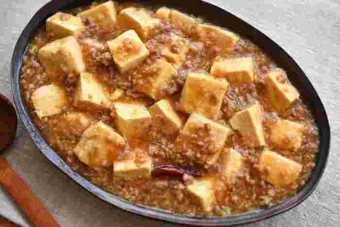 市販の素でも手軽に作れる麻婆豆腐ですが、たまには自分で一から作ってみませんか?こちらのレシピは唐辛子だけで辛味をつけるので、おうちにある調味料でササッと作ることができます。シンプルで優しい味わいの麻婆豆腐が家の味になるかも♪