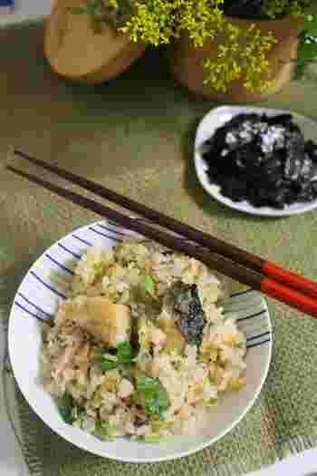 ジューシーな秋サバを香ばしく焼いて炊く、簡単な炊き込みご飯。瓶詰なめたけを使って、楽ちんに美味しく。