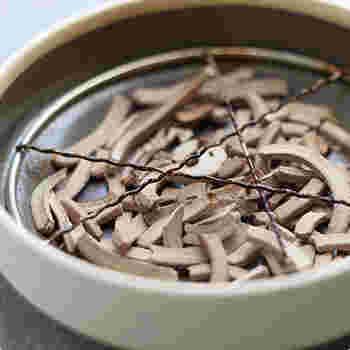 内部も工夫されており、使用の際、蚊取り線香を金物の上にセットすると、浮かせて支えるので、灰が金物と底の間の空間に落ち、毎回灰を捨てなくても続けて使用し、たまったら捨てることができるので使い勝手も抜群です。