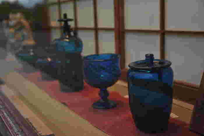 「倉敷ガラス」は、その創設者である小谷眞三(こだにしんぞう)と、息子である小谷栄次(こだにえいじ)によって作られたガラスのこと。少し厚みのあるぽってりしたフォルムは柔らかく、どこか暖かくぬくもりある雰囲気のあるガラスです。