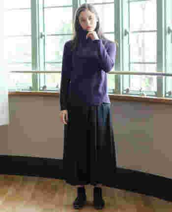 「パープル」×「ブラック」のシンプルながら、柔らかな雰囲気のあるコーデは、神秘的なフェミニンさが魅力的です。