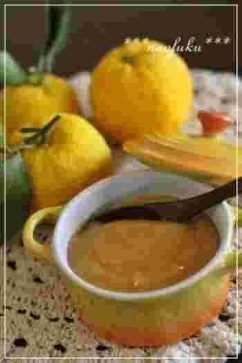 レモンとバターと卵を使ったイギリス生まれのスプレッド「レモンカード」は有名ですね。その柚子バージョン、その名も柚子カード! 朝食のトーストやスコーン、ふわふわのパンケーキにたっぷりかけてどうぞ♪