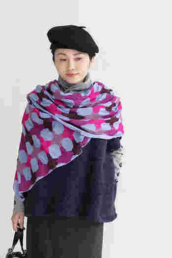 首に巻いたり、肩からさらりと羽織ったり。SOU・SOUならではの個性的な柄に、ウール混の暖か素材で、冬の間手放せなくなりそう。