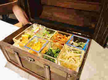 美味しい焼肉が食べられると人気の「焼肉×モダン個室 居酒屋 Haru Haru 難波店」ですが、こちらの宝石箱から飛び出すナムルの盛り合わせは見た目も面白くて美味しいと話題に!お酒のお供にぴったりなメニューなので是非ご賞味ください♪