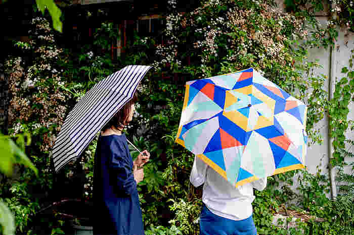 梅雨の雨は、突然やってくることもありますね。そんな時は、折り畳み傘を持ち歩きましょう*カバンブランドで知られるこちらの「BAGGU(バグゥ)」の傘はコンパクトのサイズ感がとっても可愛い傘です!