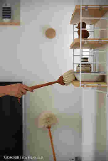 テレビのホコリを取るついでにほかの家具の上や、ディスプレイ小物もサッと掃除しておくといいですね。壁付けの棚などは気付かない内にホコリが溜まっていることも多いもの。ついでのタイミングを心掛ければ、キレイな状態をキープできます。