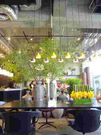 空間をふんだんに使ったディスプレイで開放感は抜群♪お花好きな人にはたまらない素敵空間で、いつもお客さんで賑わっています。