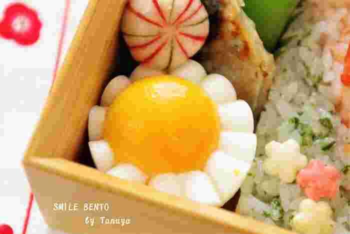 こちらは、包丁の代わりに、半円にカットしたストローを使って作るゆで卵の飾り切り。お弁当にヒマワリのような元気な華やかさを添えてくれます。