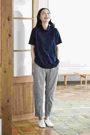 リラックス感があるのに落ち着いた印象の紺×グレーのコーデ。絶妙なサイズ感で、部屋着感を回避。