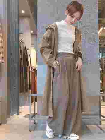 ビッグシルエットのミリタリージャケットと、ゆったりしたワイドパンツの組合せがおしゃれなコーディネートです。白×ベージュのやわらかい配色も、女性らしい雰囲気で素敵ですね。