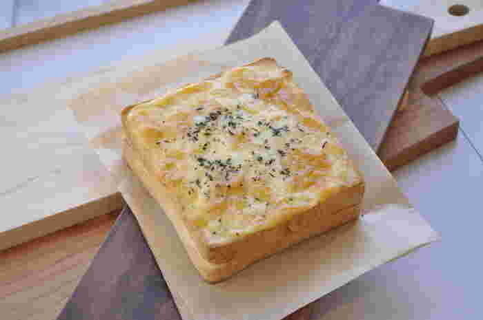 クロムクッシュは角型食パンにアボカド、生ハム、ホワイトソースを挟んで、チーズをのせて焼いています。食パンを2枚使っているのでボリュームたっぷり◎具材とソースでしっかりと食べ応えがあり、リピーターが多い人気のパンです。