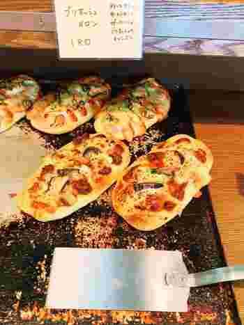 甘いパンからお惣菜系のパン、ハード系のパンなど種類が豊富です。サンドイッチや、具がたっぷりのナンドッグはランチにもおすすめの人気メニューです。